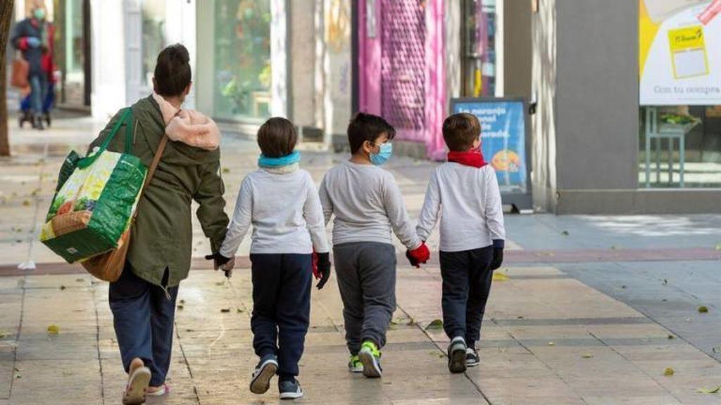 Las familias numerosas reclaman poder salir con más de tres niños por adulto