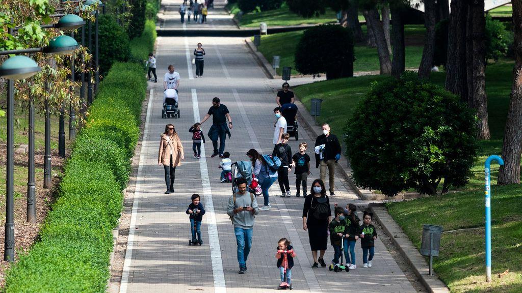 Los niños vuelven a la calle tras seis semanas confinados por el coronavirus (Valencia)
