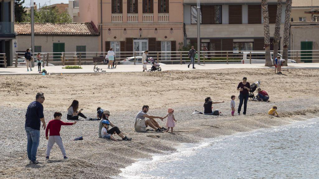 Los niños vuelven a la calle tras seis semanas confinados por el coronavirus (Palma de Mallorca)