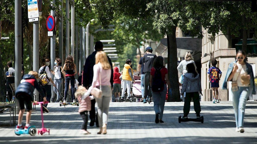 Los niños vuelven a la calle tras seis semanas confinados por el coronavirus (Barcelona)