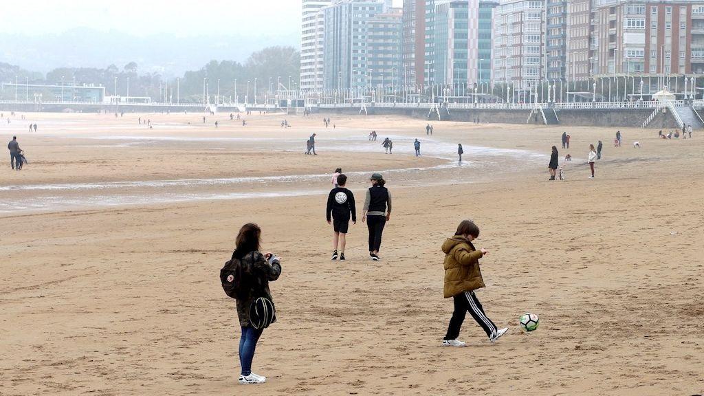 Los niños vuelven a la calle tras seis semanas confinados por el coronavirus (Gijón)
