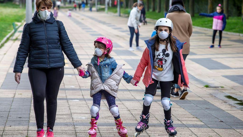 Niños en la calles, de nuevo: así transcurre el primer día de alivio del confinamiento