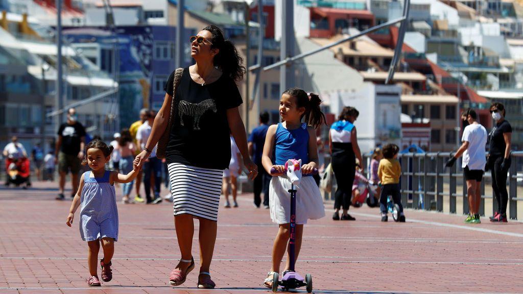 Los niños vuelven a la calle tras seis semanas confinados por el coronavirus (Gran Canaria)