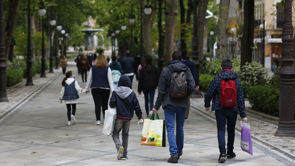Los niños vuelven a la calle tras seis semanas confinados por el coronavirus (Granada)