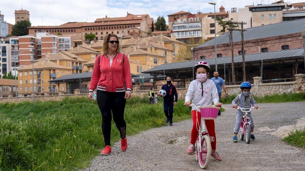 Los niños vuelven a la calle tras seis semanas confinados por el coronavirus (Teruel)