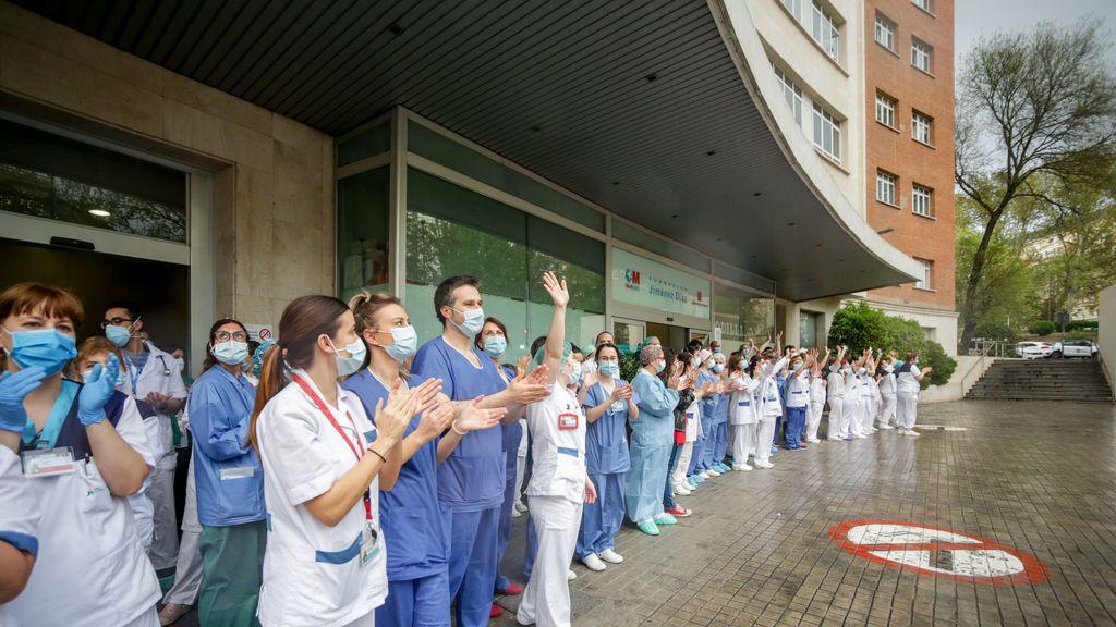 Personal sanitario aplaude en las inmediaciones de la Fundación Jiménez Díaz