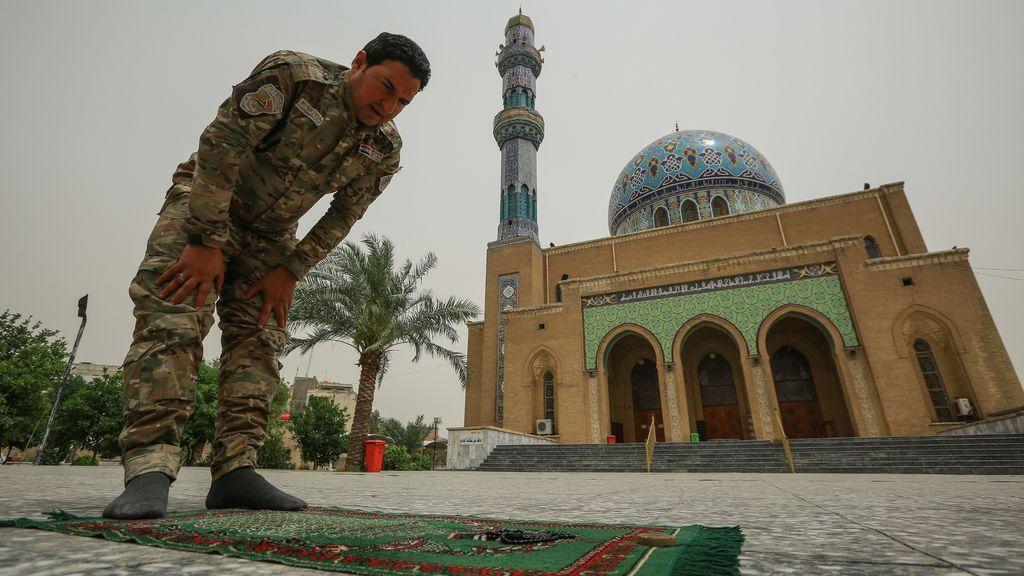 EuropaPress_2907559_25_april_2020_iraq_baghdad_an_army_soldier_prays_outside_the_17th_of