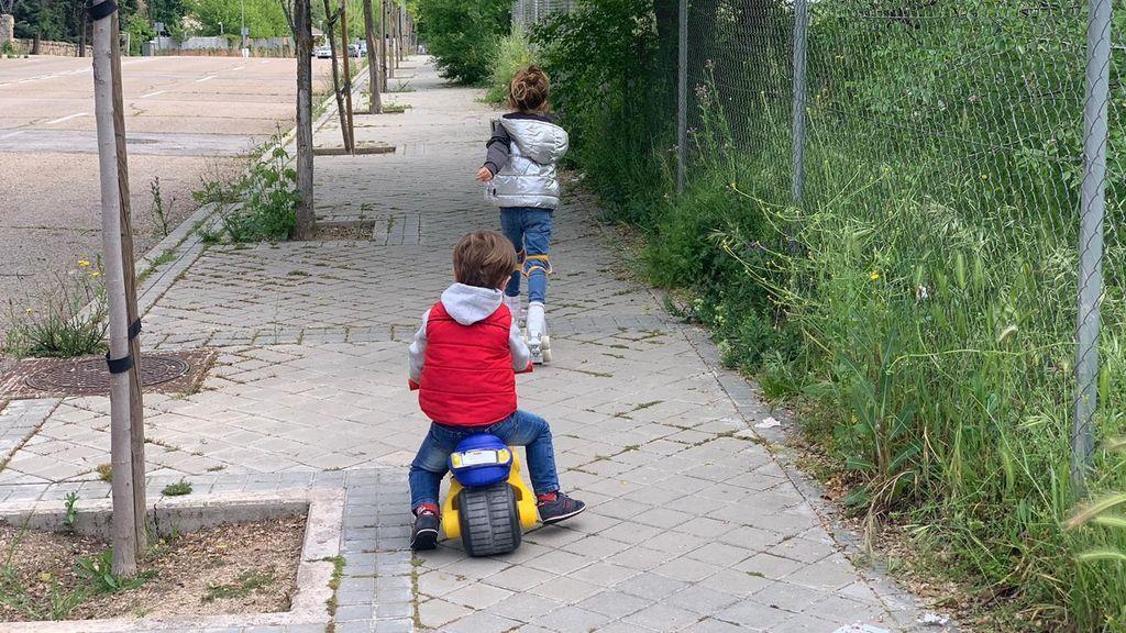 Los niños vuelven a la calle tras seis semanas confinados por el coronavirus