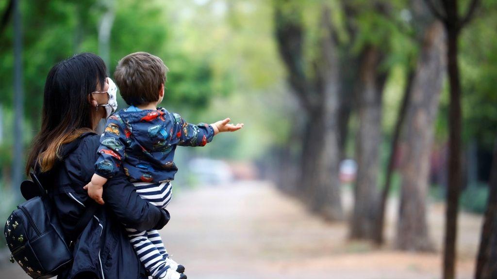 Alivio en el confinamiento por coronavirus: los niños vuelven a la calle tras mas de 40 días encerrados
