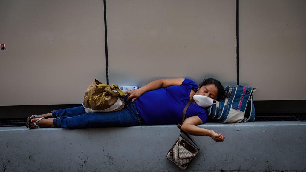 Una mujer descansa en un hospital de México