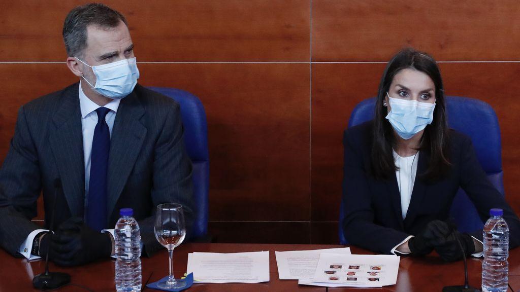 Con guantes, mascarilla y de negro: Letizia sale a la calle tras el confinamiento