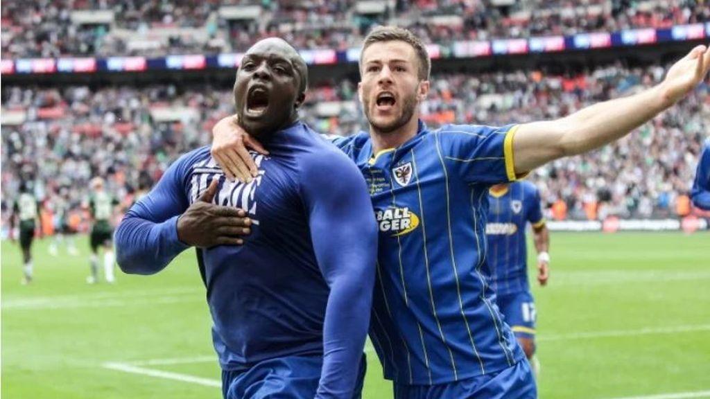 Akinfewa celebrando un gol durante un partido de los Wycombe Wanderers