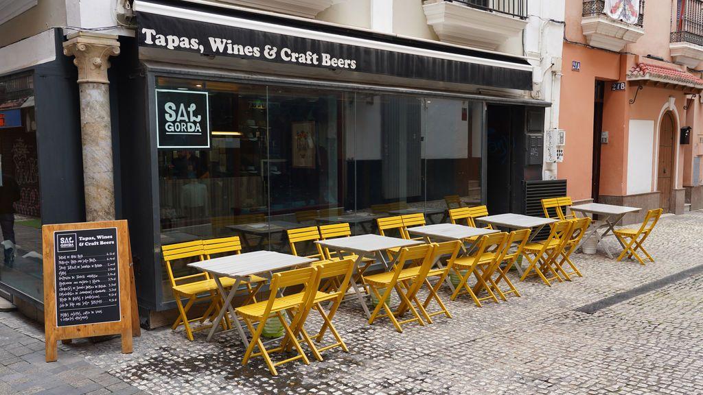 """Los hosteleros españoles ven inviable abrir al 30% de su capacidad: """"Con tres mesas en el bar no tenemos ni para pagar la luz"""""""
