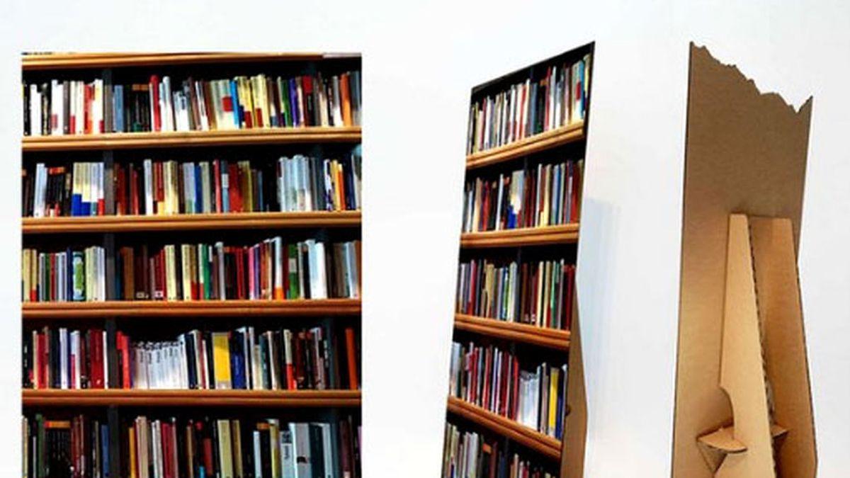 Falsa librería de cartón