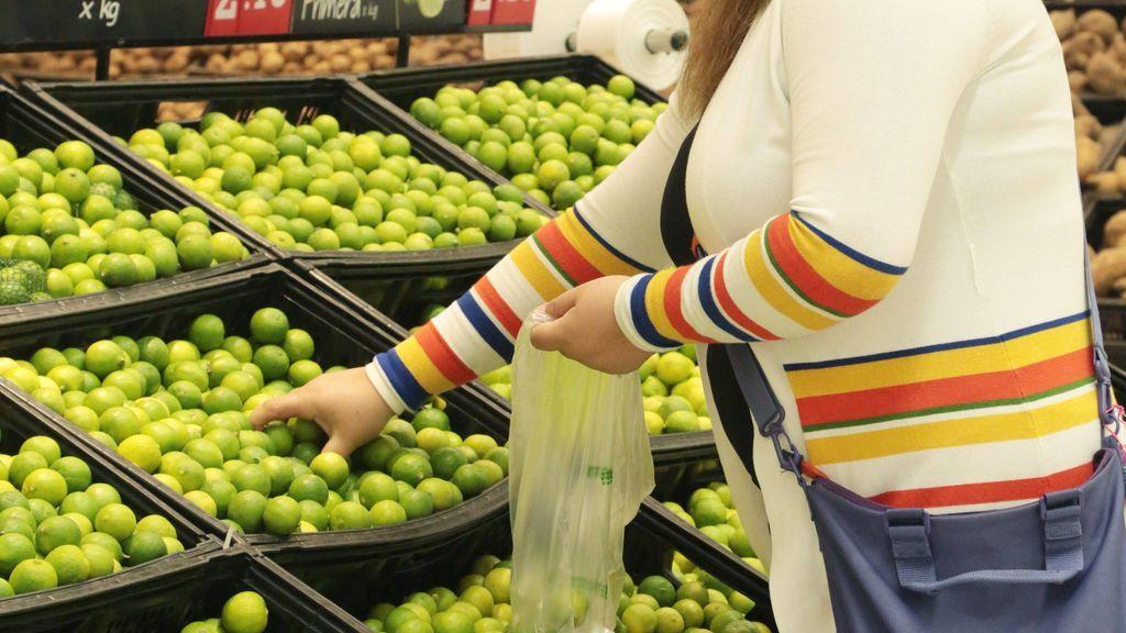 compra de limones en un supermercado