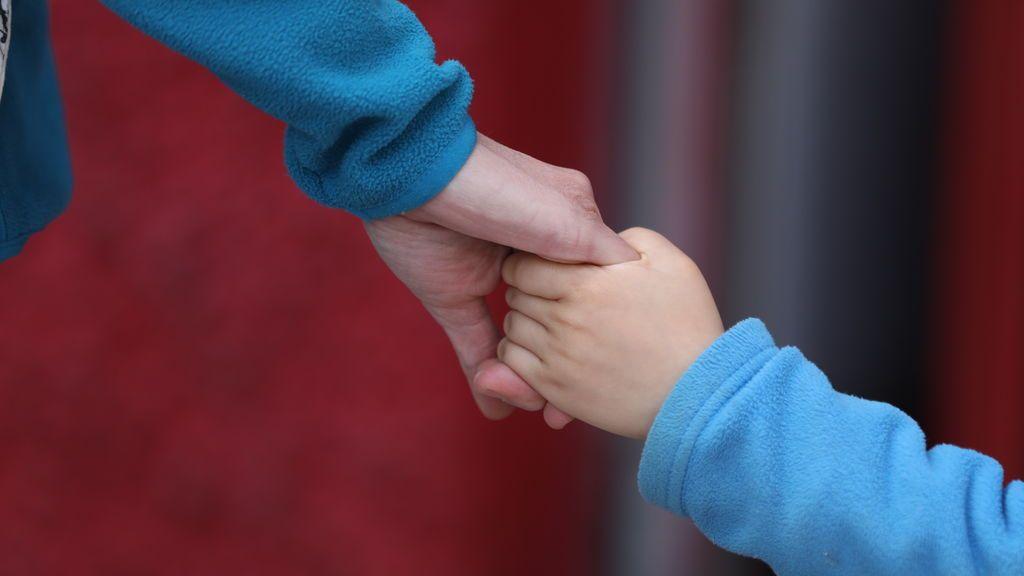 """Sanidad recomienda que los nietos no den abrazos a los abuelos porque es """"un riesgo innecesario"""""""