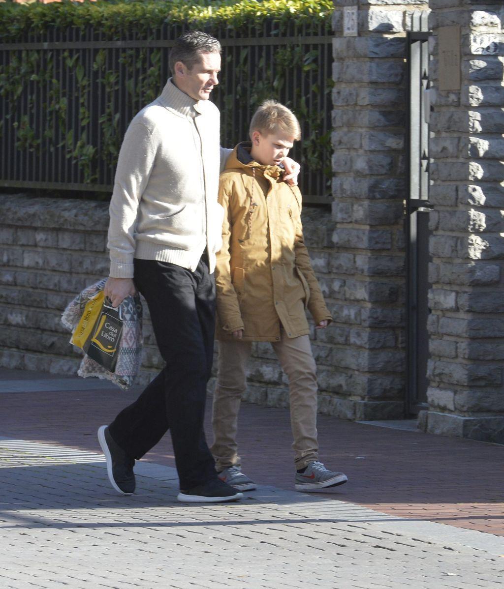 Miguel Urdangarín, de paseo con su padre por Vitoria
