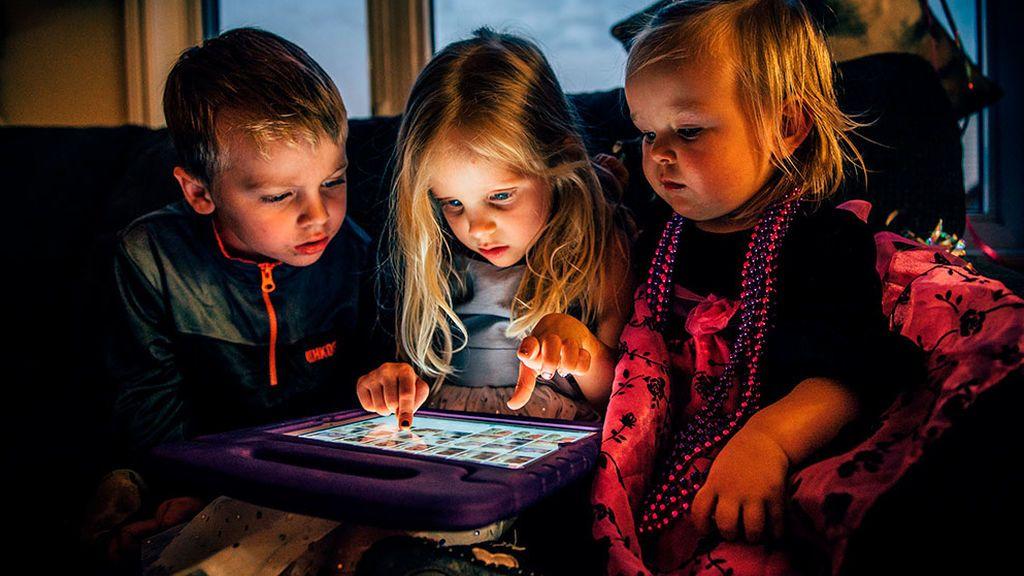 Pasar tiempo 'offline' con nuestros hijos: una de las claves para prevenir la adicción a las pantallas