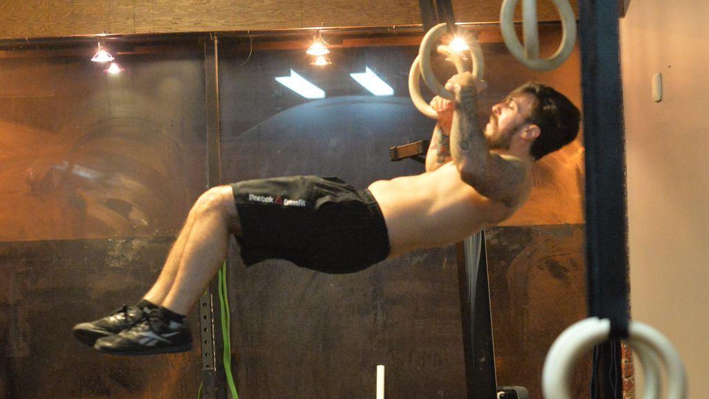 persona realizando ejercicios de crossfit con aros