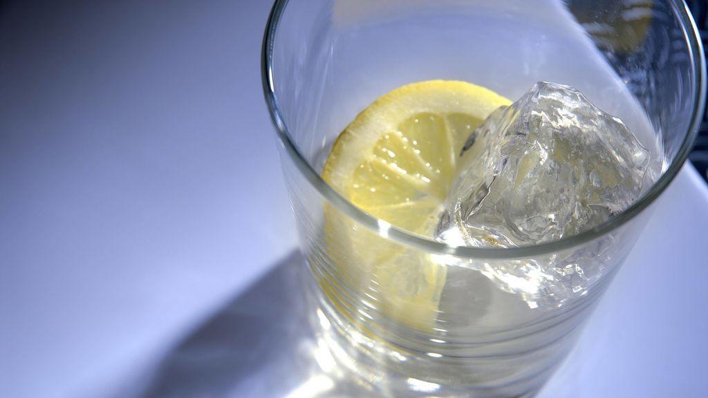 El agua con limón: beneficios, mitos y realidades
