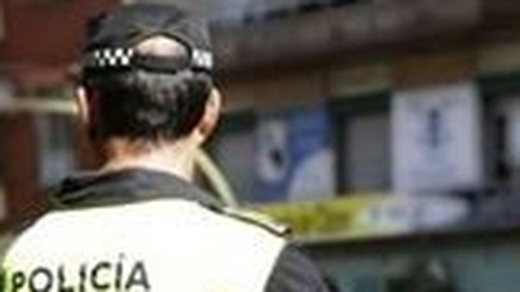 Dos policías locales se graban humillando a un transexual en plena calle de Benidorm