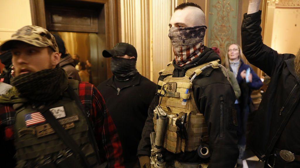 Manifestantes armados con rifles irrumpen en el Capitolio de Michigan