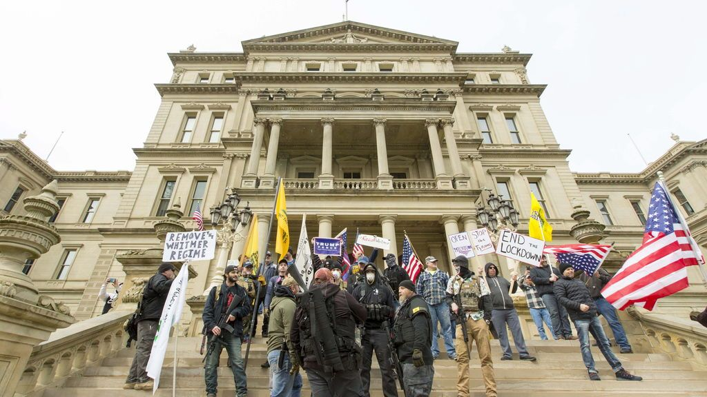 Manifestantes armados protestan en Capitolio en Michigan contra confinamiento