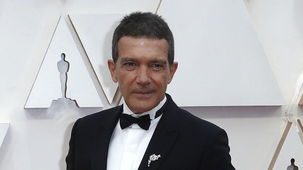 """Antonio Banderas critica el comportamiento de los 'paparazzi' en su primera salida: """"Seguiré confinado"""""""