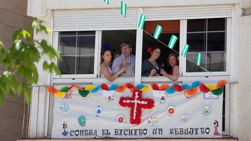 Vecinos de Motril celebran el Día de las Cruces desde sus casas