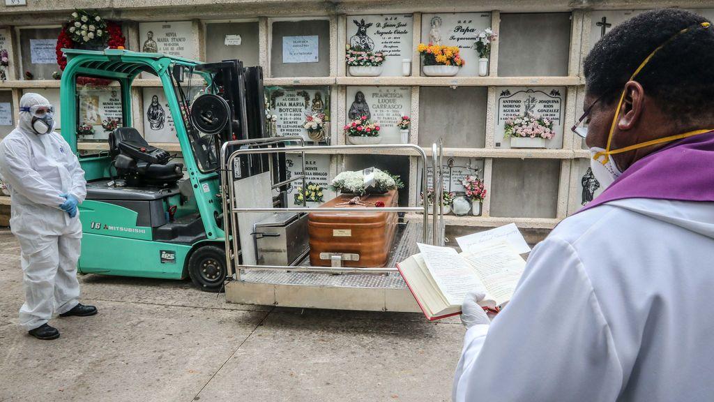 EuropaPress_2785452_07_april_2020_spain_malaga_apriest_wearing_face_mask_prays_during_burial