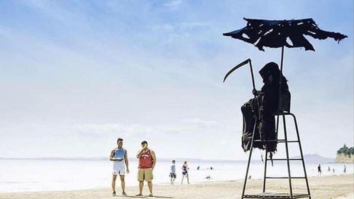 La 'muerte' se pasea  por la playa: recuerda a los bañistas que hay que guardar la distancia de seguridad