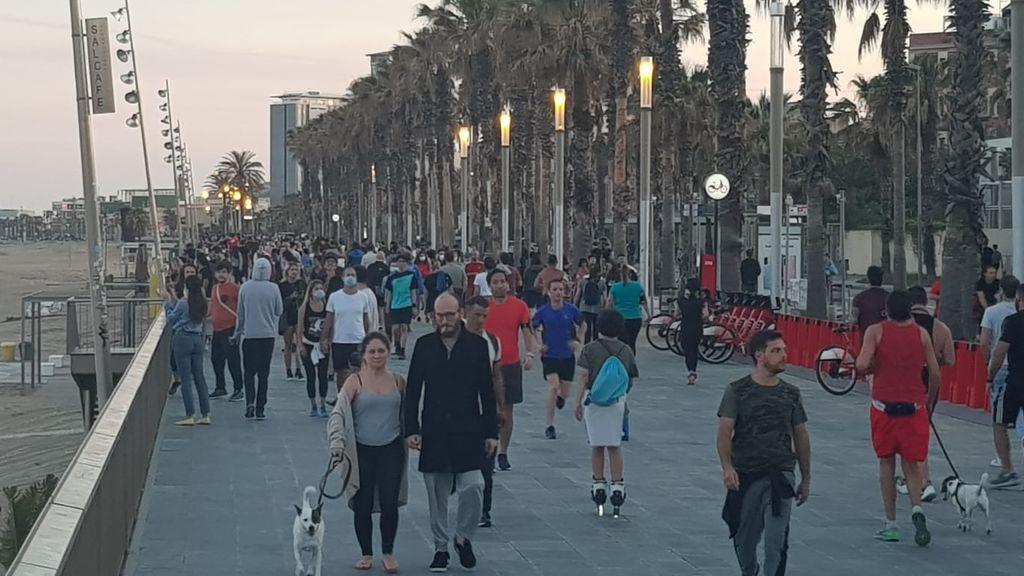 El Paseo Marítimo de Barcelona se llena en el turno de tarde