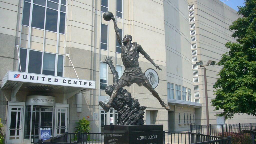 Estatua en homenaje a Michael Jordan en la entrada del United Center