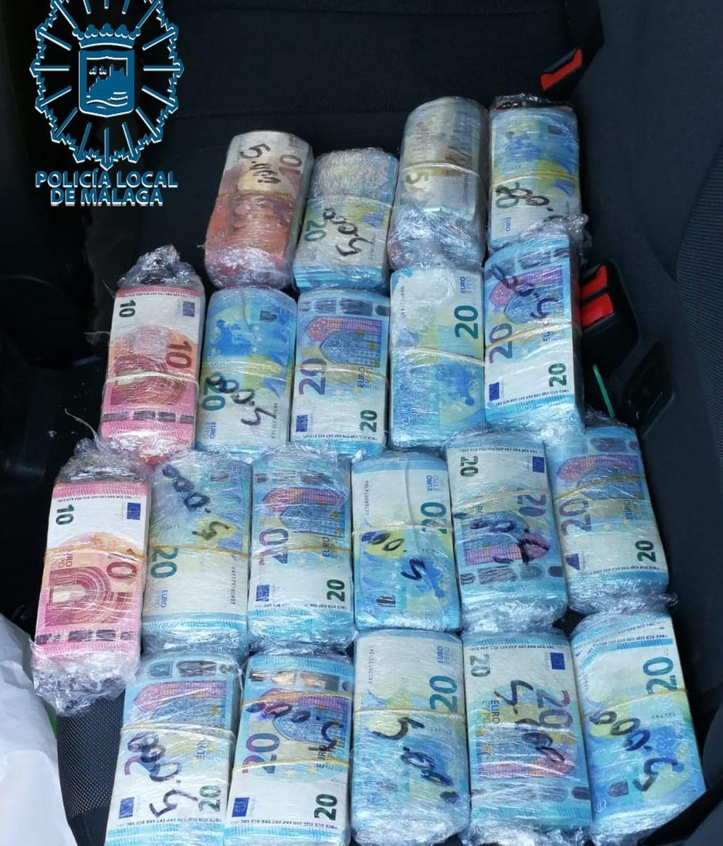La Policía de Málaga localiza e interviene tres teléfonos móviles y casi 100.000 euros en un coche robado