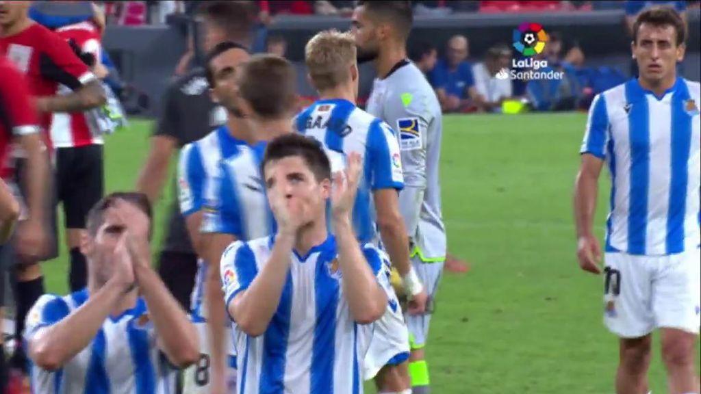 Jugadores de la Real Sociedad aplauden a la grada.