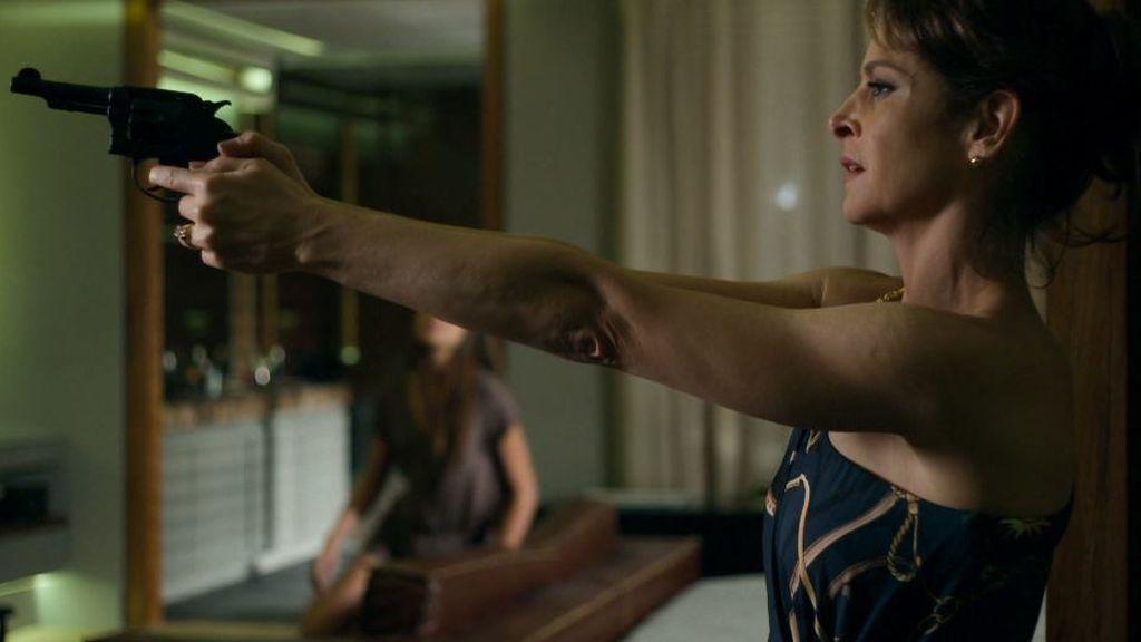 Carolina se lleva una pistola a casa de Álex