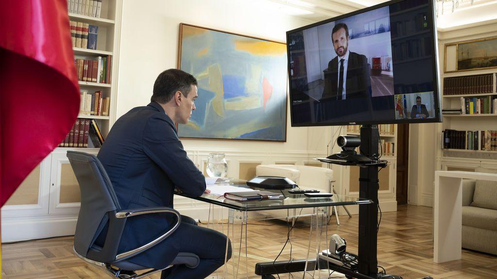 Pedro Sánchez convesa telemáticamente con Pablo Casado