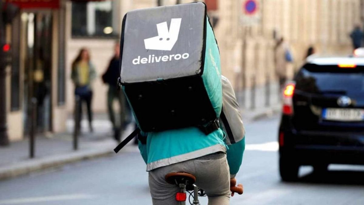 Deliveroo ha perdido el juicio: un juzgado determina que sí hay una relación laboral entre la empresa y sus repartidores