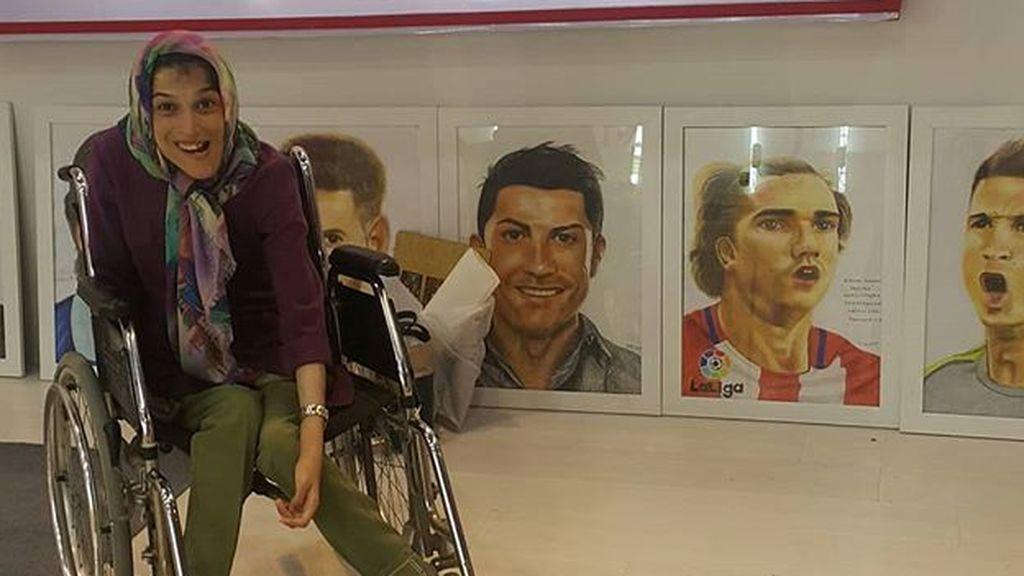 Fateme Hamani tiene el 85% del cuerpo paralizado y pinta con los pies: así son sus retratos de Cristiano, Messi y otros futbolistas