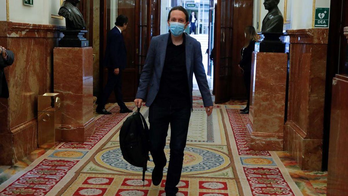 Y 54 días después, Pablo Iglesias se pone la mascarilla para entrar en el Congreso
