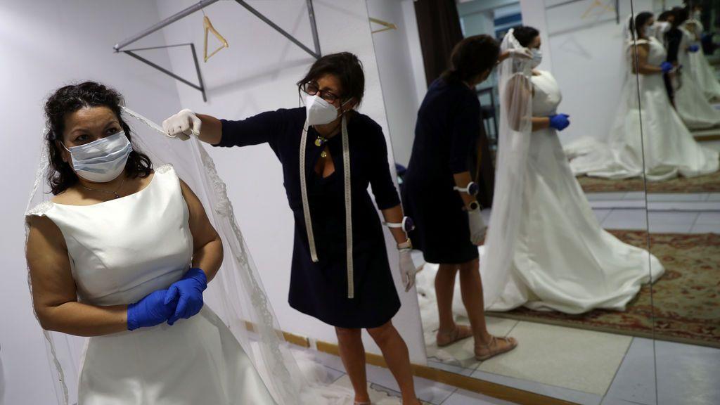 Una mujer se prueba un vestido de novia en una tienda de Madrid