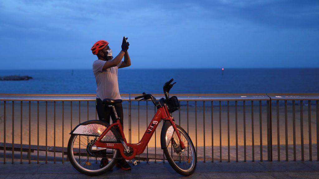 Un ciclista con mascarilla se para a tomar una foto