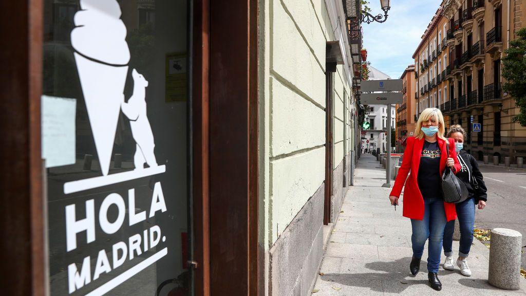 Dos mujeres caminan por las calles de Madrid