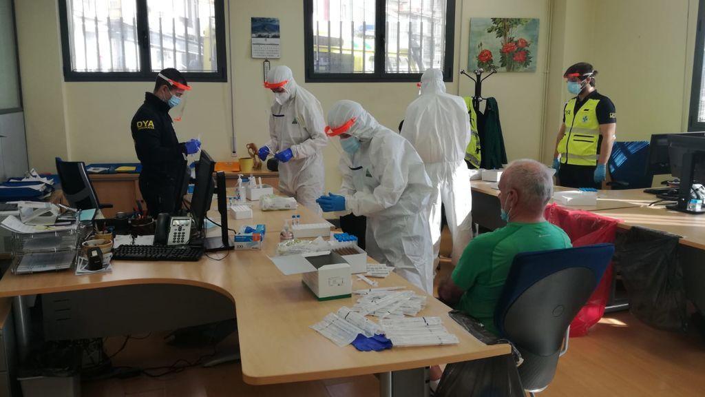 Voluntarios de la DYA realizan los test a los marineros.