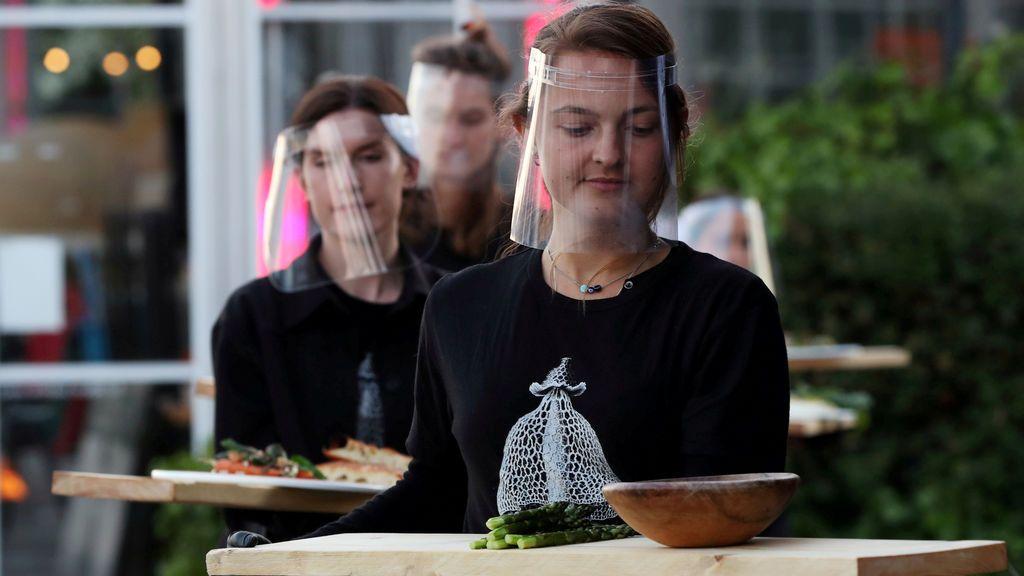 Varias personas comen en un restaurante de Ámsterdam con medidas de prevención