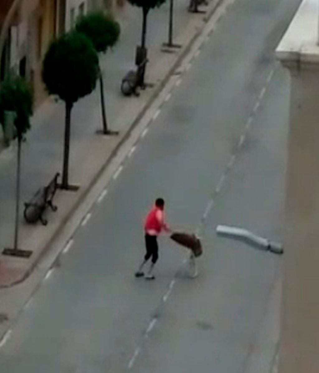 """El """"torero"""" haciendo el paseillo en plena calle."""