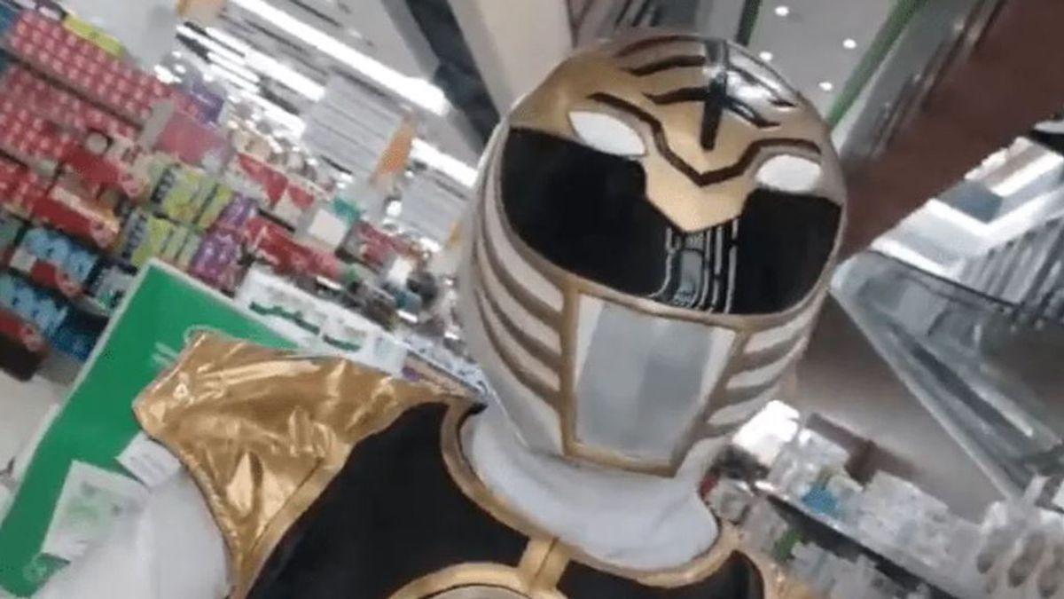 Acude al supermercado vestido de Power Ranger para evitar el coronavirus y hacer reír a la gente