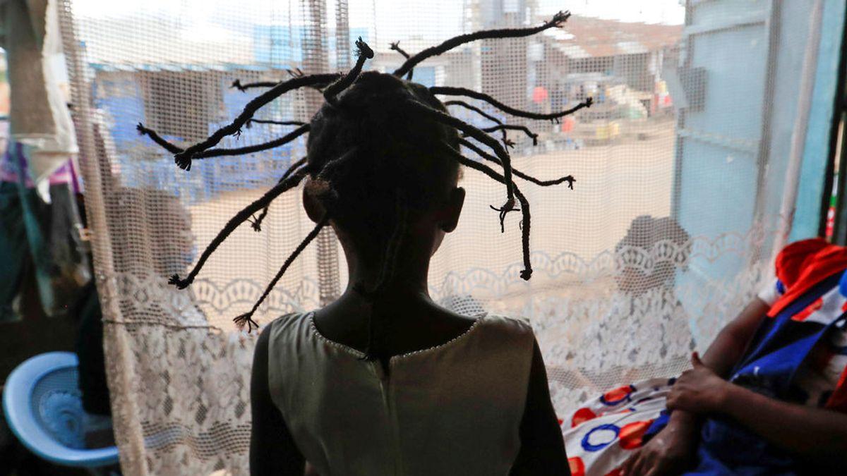 Crean un peinado en África inspirado en la apariencia del coronavirus visto desde el microscopio