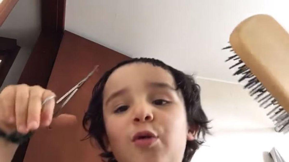 El 'niño peluquero' arrasa en la Red con un tutorial sobre cómo cortarse el pelo en casa