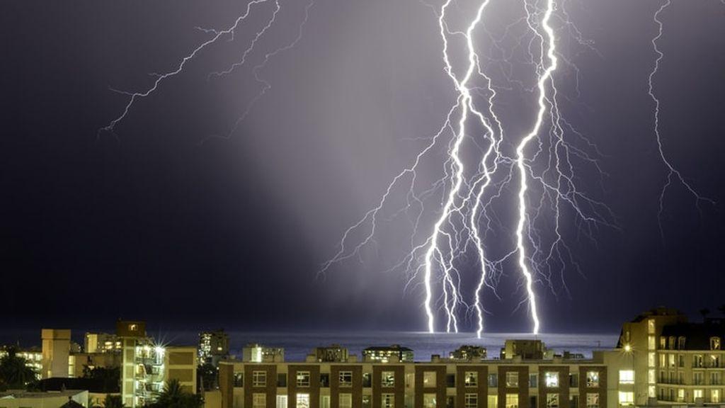Se avecinan tormentas eléctricas: lo que se debe y no se debe hacer cuanto pilla en casa